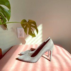 Grey suede pointy pumps